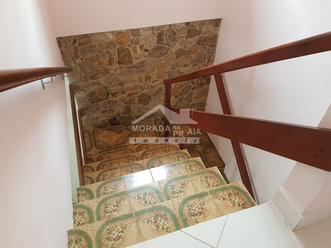 Escada interna do sobrado geminado com 2 dormitórios em Canto do Forte - Praia Grande