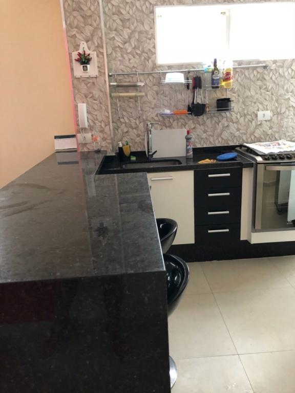 Cozinha do apartamento com 2 dormitórios em Boqueirão - Praia Grande