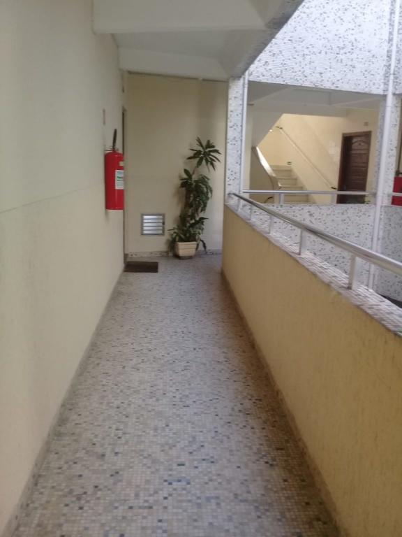 Corredor externo do apartamento com 2 dormitórios em Boqueirão - Praia Grande