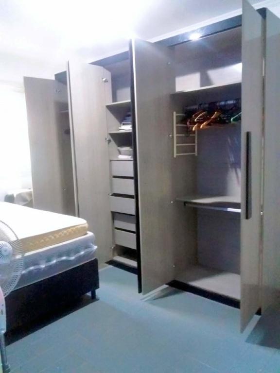 Dormitório 01 ang 02 do casa geminada com 2 dormitórios em Boqueirão - Praia Grande