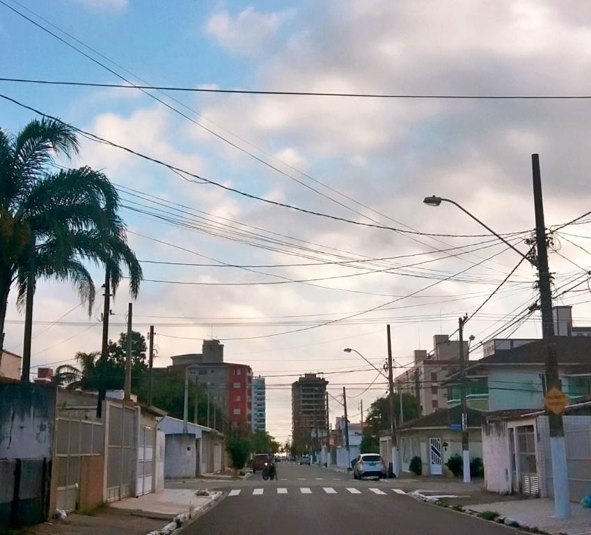 Rua da casa do casa geminada com 2 dormitórios em Boqueirão - Praia Grande