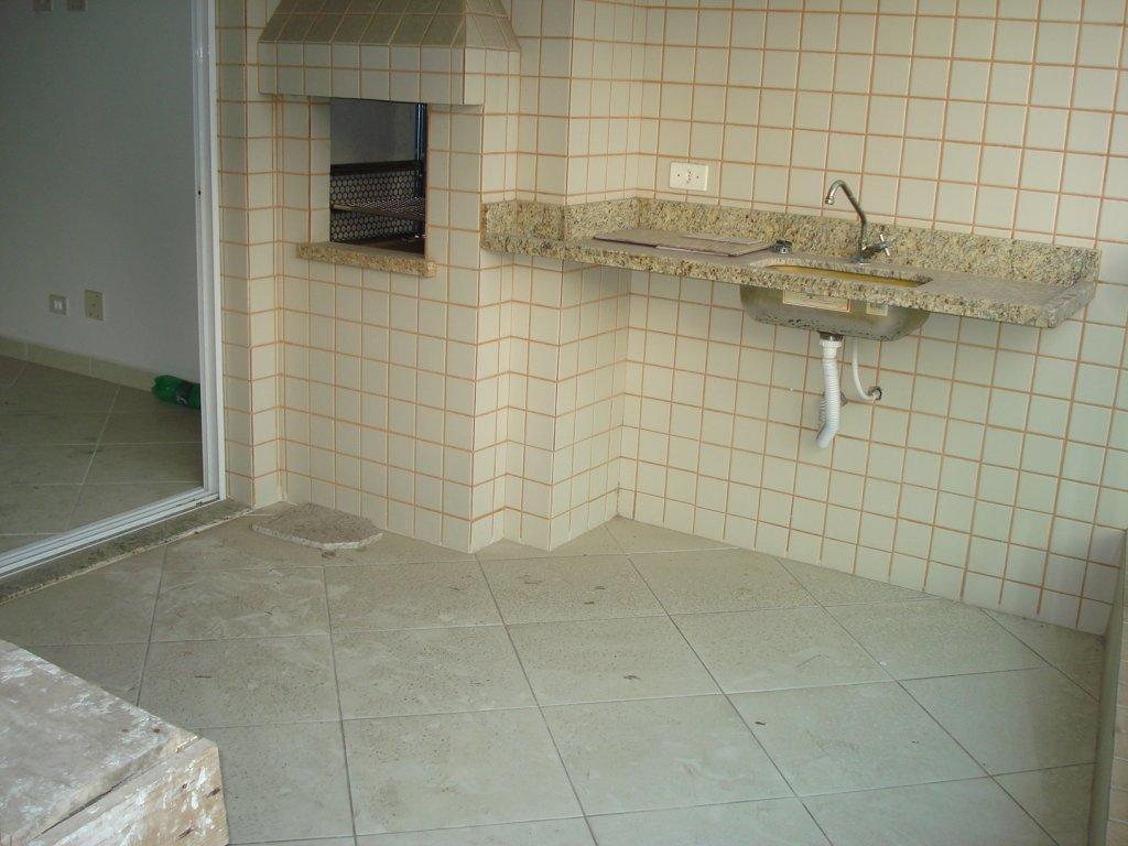 Churrasqueira e pia na sacada do apartamento com 2 dormitórios em Vila Tupi - Praia Grande