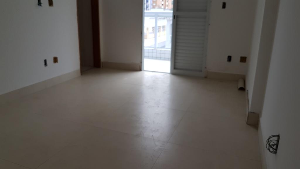 Suíte 01 do apartamento com 2 dormitórios em Canto do Forte - Praia Grande