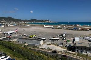 Avion di InselAir cu aterizahe di emergencia na St Maarten cu un motor so