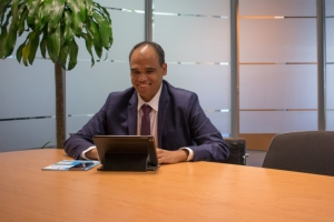 Aruba Bank ta reconoce su empleado superior pa luna di April