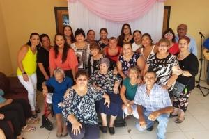 Famia a celebra e cumpleaños di señora mas bieu di Aruba