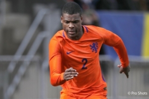 Arubiano Denzel Dumfries ta den seleccion nacional di futbol Hulandes