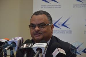 Presidente di Camara di Comercio Ernst Mohamed a entrega su retiro