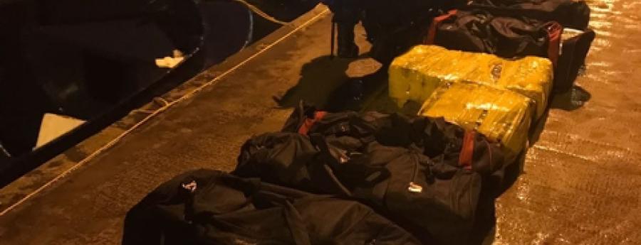 Warda costa a intercepta boto cu 4 Colombiano y basta kilo di droga