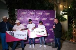 Power FM cu donacion na Fundacion Kayak Aruba y 297 Soccer Academy