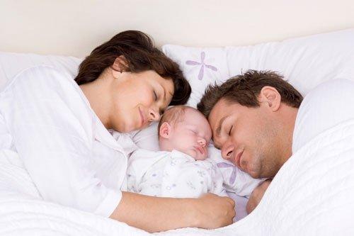 Padre durmiendo con bebé