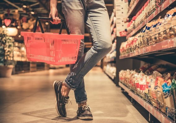 Persona en el supermercado