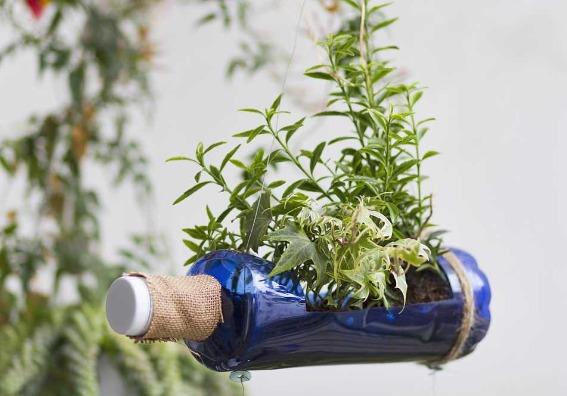7 novedosas ideas para reutilizar botellas de plástico en el jardín