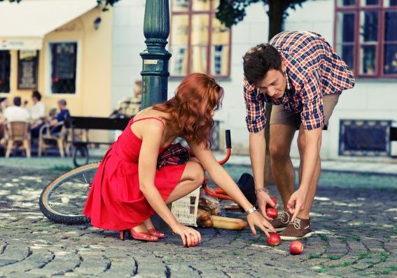 Mujer ayudando a un hombre