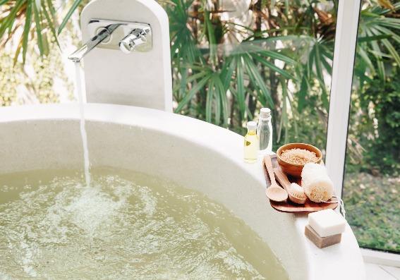 Baños de inmersión relajantes con esencias caseras