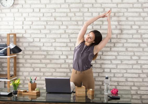 Mujer haciendo ejercicio en la oficina