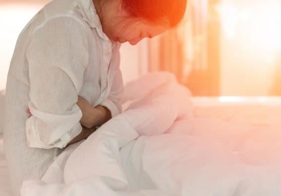 Mujer con dolor de panza