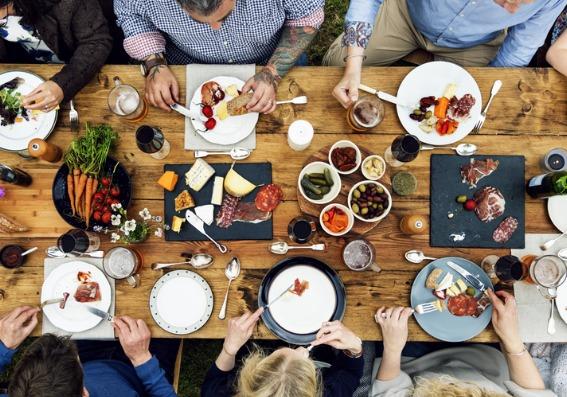 personas comiendo en una mesa
