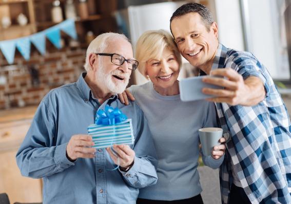 Padres mayores e hijo adulto