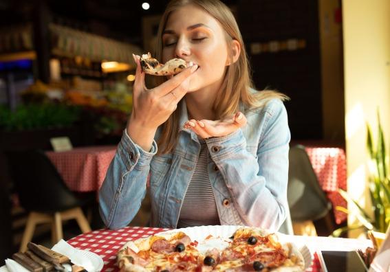 Mujer comiendo pizza