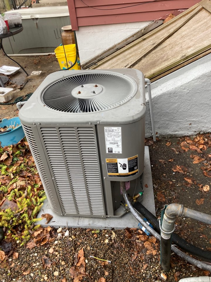 Columbus, OH - Completing maintenance on a lennox air conditioner and installing a Emerson sureswitch with brownout protection and a loss of charge switch for compressor protection