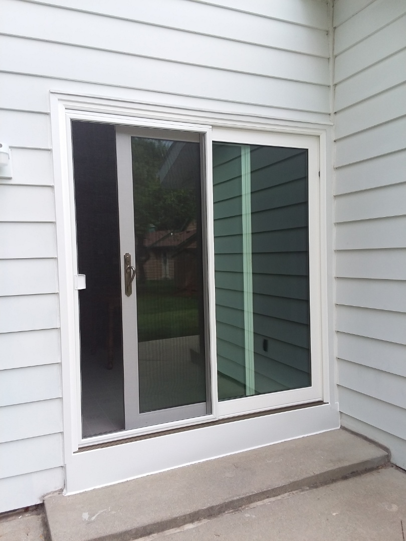 New Berlin, WI - Sliding patio door with woodwork and aluminum trim