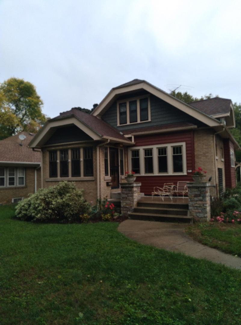 Milwaukee, WI - Servicing siding on house