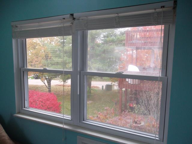 Columbia, IL - Pricing Simonton 5050 series vinyl windows to replace these older windows with a broken seal.