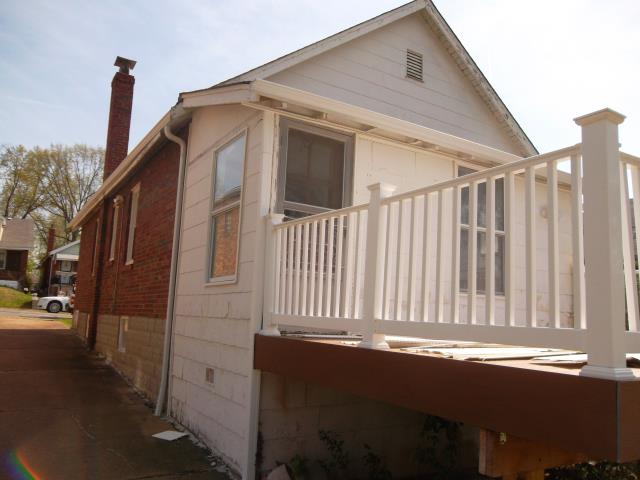 St. Louis, MO - Pricing to install vinyl siding on the rear of this house