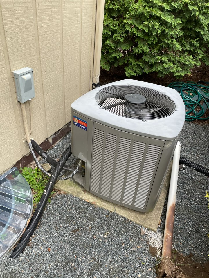 Crystal Lake, IL - Tom came out to Crystal Lake for a free estimate on an AC replacement. The customer was quoted for a Lennox 13 SEER and 14 SEER, as well as a Ducane 13 SEER air conditioner.