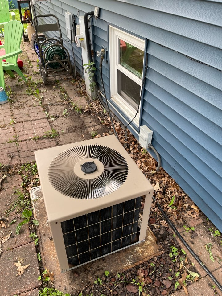 McHenry, IL - Tom came out to McHenry for a free estimate on an older AC replacement. Due to the age of the furnace it was determined along with the customer that it would be better to get a full system replacement.