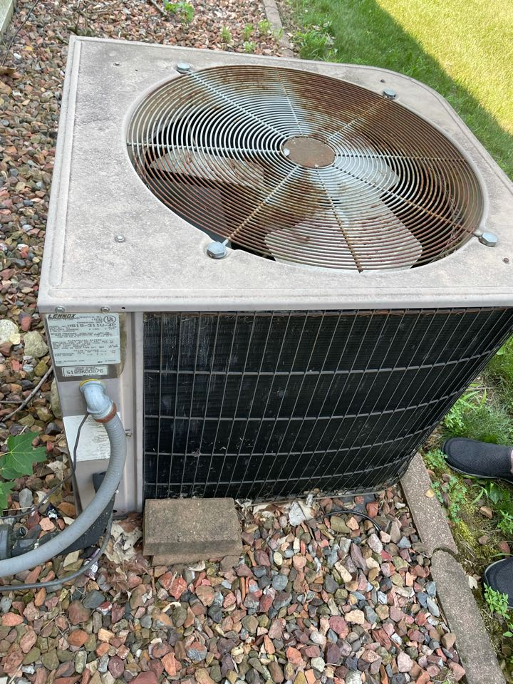 Crystal Lake, IL - Due to age, customer was looking for an estimate to replace. Tom came out to Crystal lake to give a free estimate and get proper measurements.