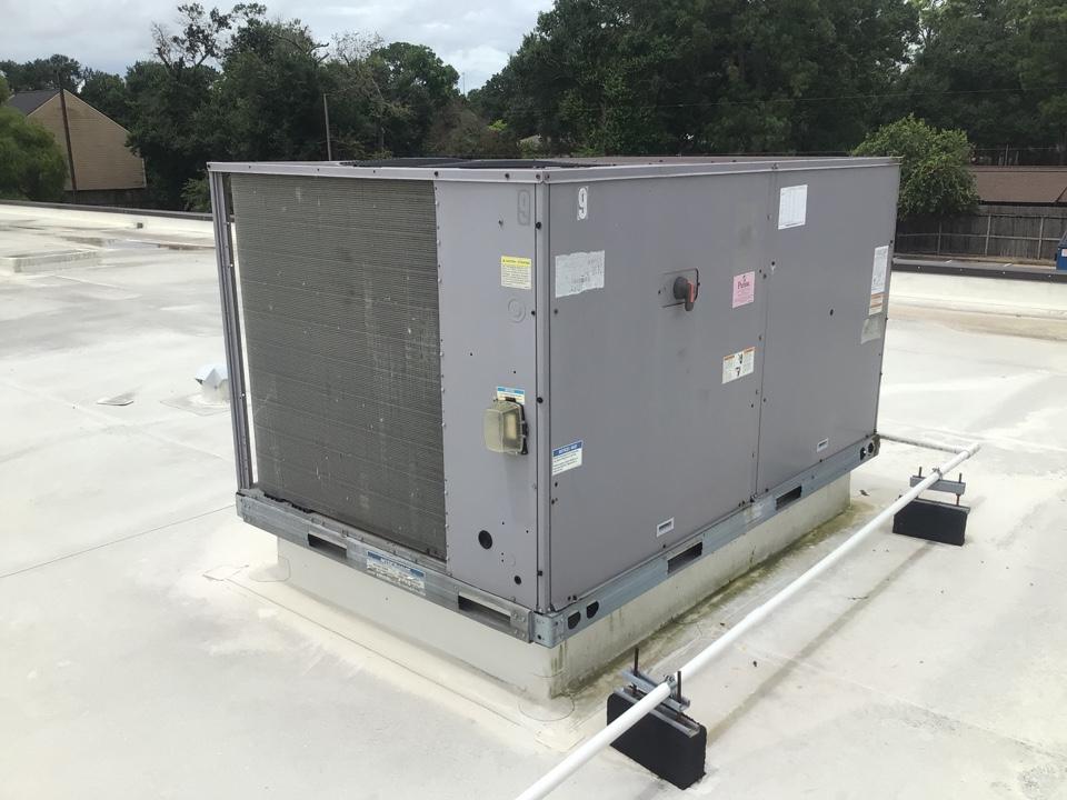 Houston, TX - Replacing roof top unit compressor