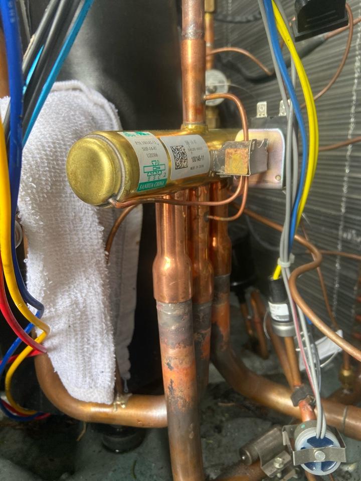 Slatington, PA - Changing a four way valve in a Lennox split unit