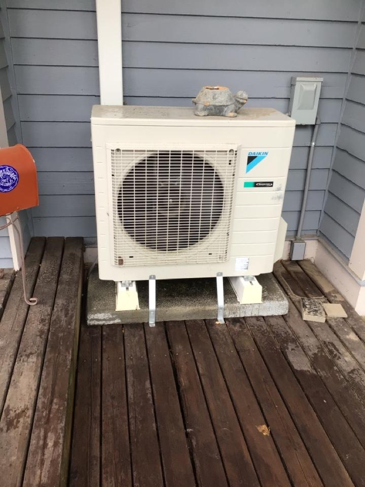 Lynden, WA - Ductless heat pump maintenance. Glacier WA