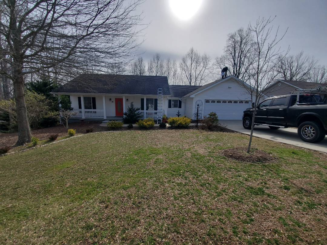 Hendersonville, NC - Roof replacement estimate. Seamless gutter replacement.  Gaf roof systems. Master Elite. Golden Pledge warranty