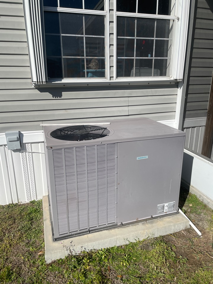 Riverview, FL - Performing a maintenance on a package unit in riverview