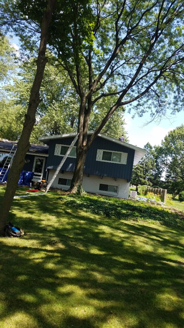 Roselle, IL - Roofing projects in progress in Roselle on Pearson Drive