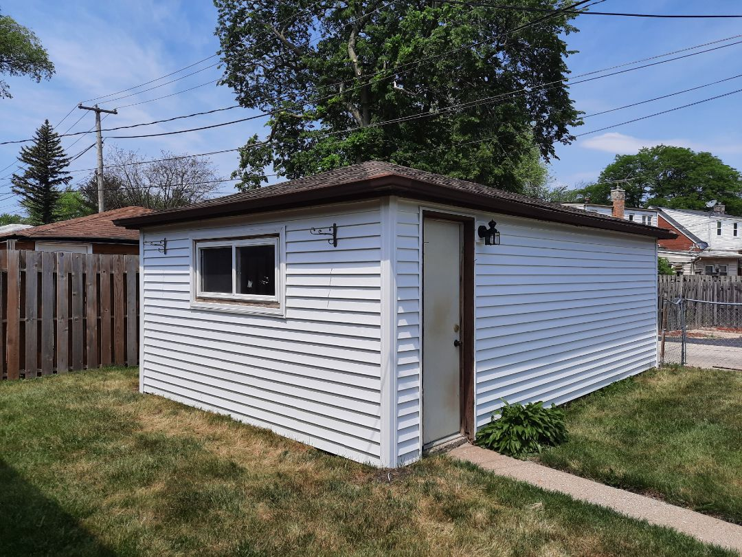 Bellwood, IL - Finished garage siding in Bellwood on Butterfield Rd.
