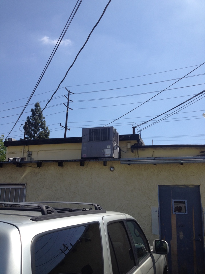 El Monte, CA - Perform maintenance service on carrier rooftop gas electric package unit