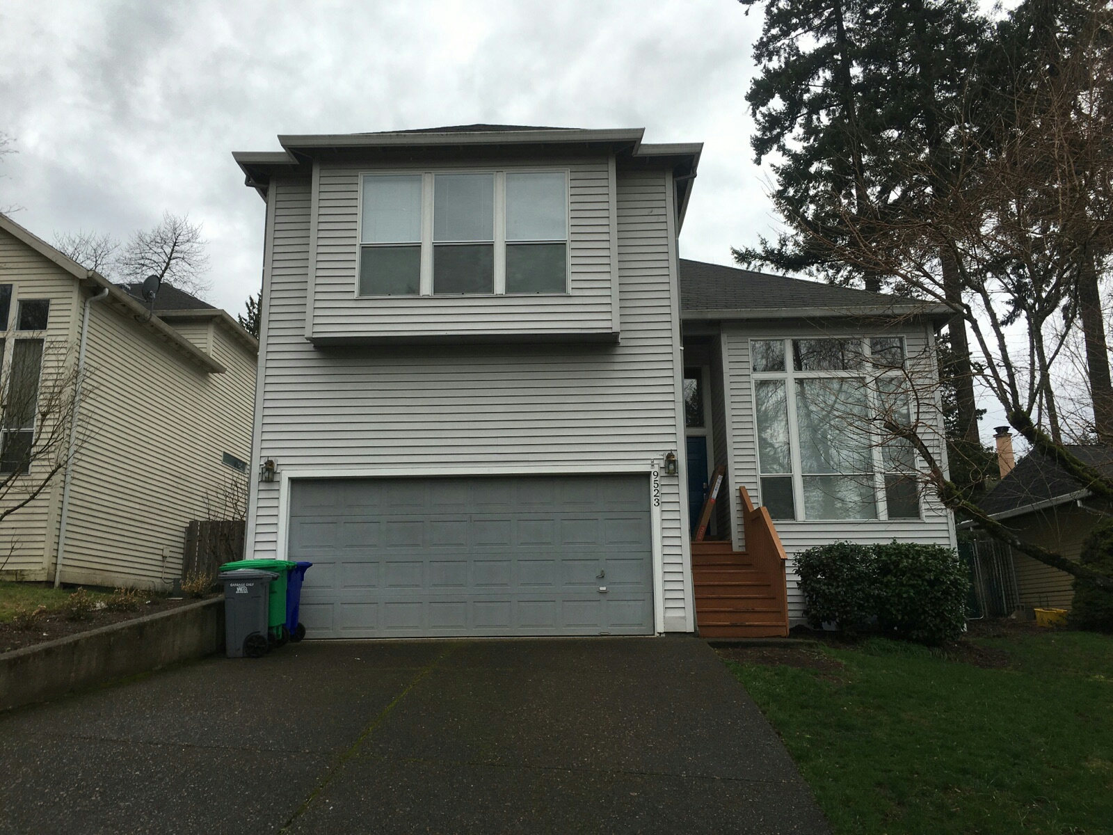 Tualatin, OR - Vinyl siding replacement with new James Hardie siding. Replacing old vinyl siding and replacing it with new primed hardiplank siding.