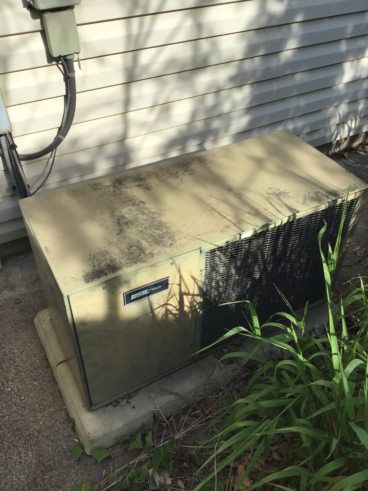 Coon Rapids, MN - I diagnosed a Heil air conditioner that is low on refrigerant