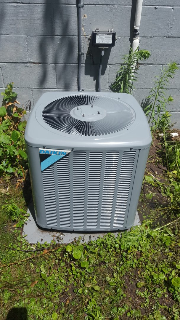 Loretto, MN - Air conditioning service. Install UV dye in a Daikin AC.
