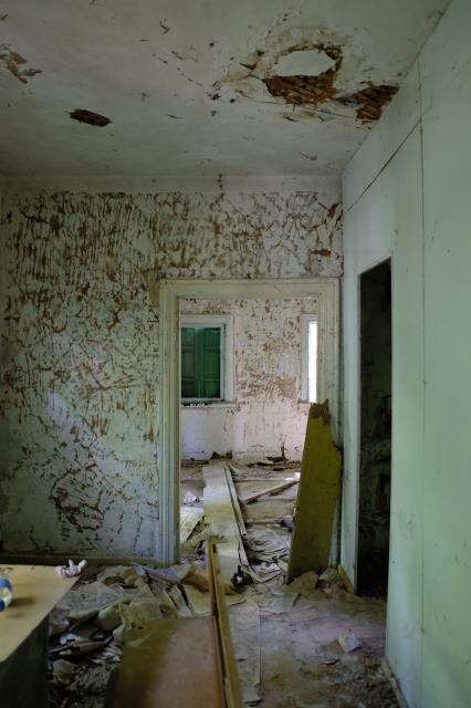 Gulf Breeze, FL - Mold remediation helps to resolve and remove mold issues in the home. SERVPRO's team uses applied microbial remediation methods to remove dangerous mold.