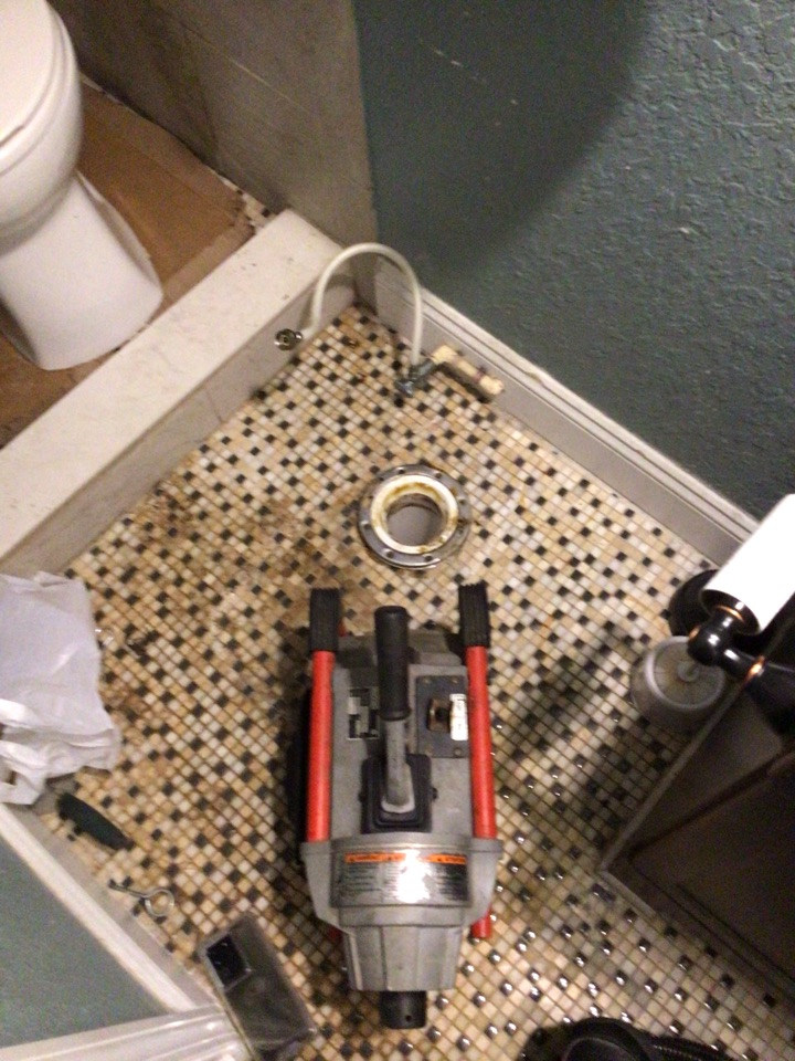 Orlando, FL - Client have toilet clogged from master bathroom, I cleaner the drain with my drain cleaner machine.