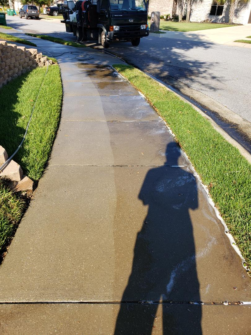 Gulf Breeze, FL - Cleaning sidewalks & driveways in Gulf Breeze.