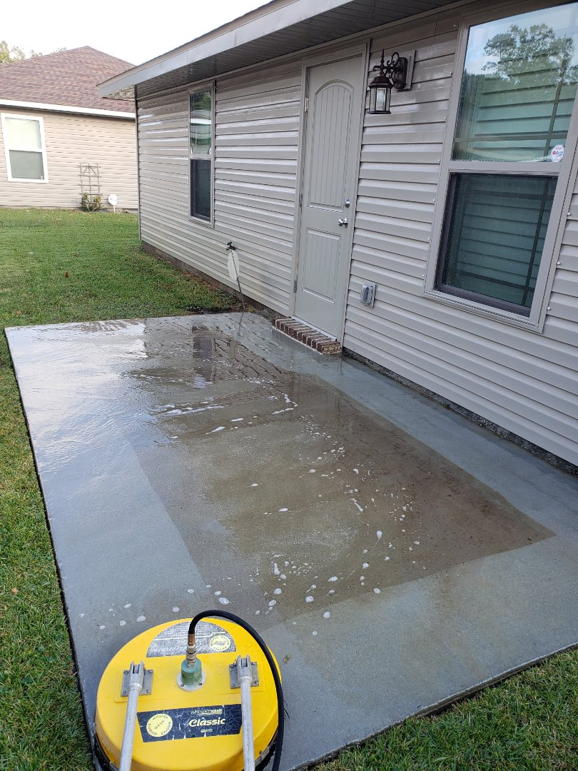 House Washing & concrete cleaning in Pensacola.