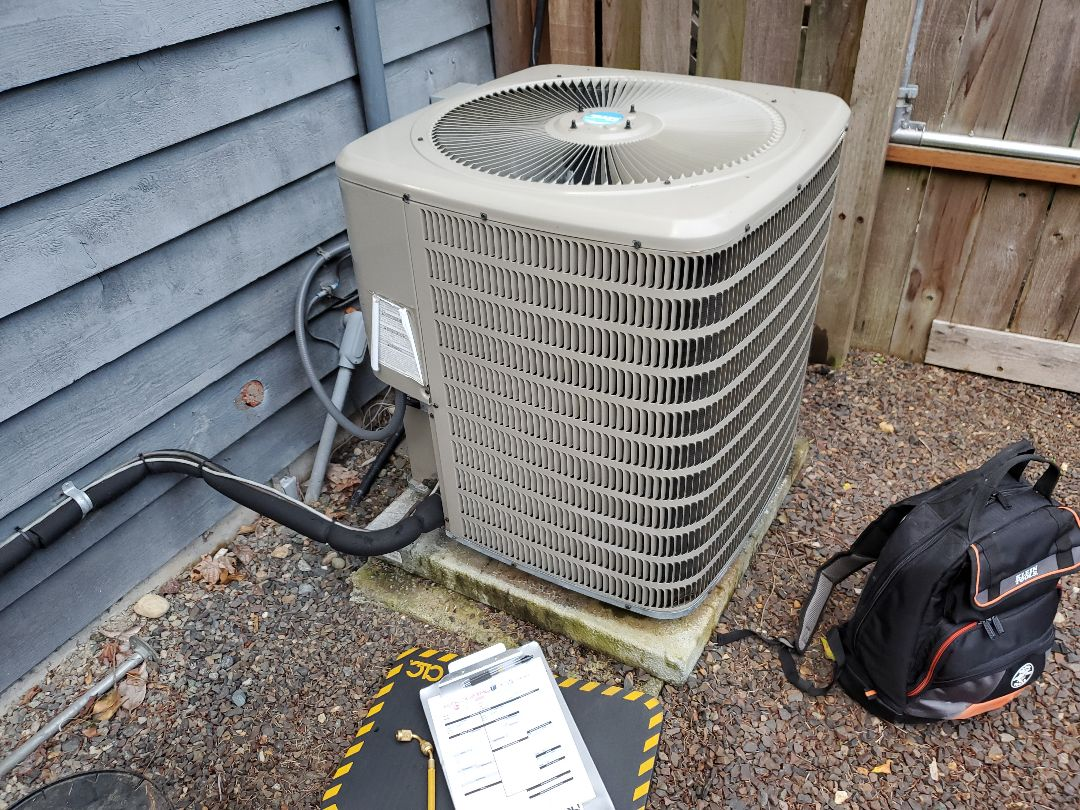Bothell, WA - Starting annual maintenance on a Goodman heat pump for a great customer in Bothell