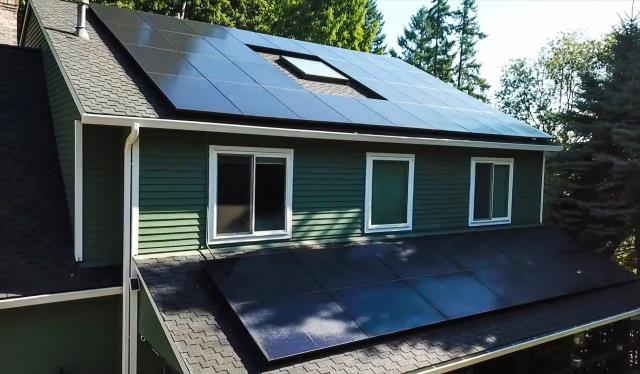 West Linn, OR - Beautiful Solar Array located in West Linn, Oregon by Greenlight Solar and Roofing. Call today for your free estimate 503-336-1163.