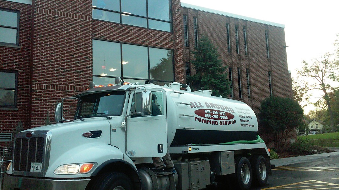 Downers Grove, IL - Pumping and cleaning grease trap